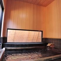 *内湯 桧風呂/ほのかに香るヒノキの香りとしっかりと足を延ばせる浴槽の内湯です。