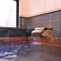 *内湯 桧風呂/チェックインからチェックアウトまでかけ流しのお湯をお愉しみいただけます。