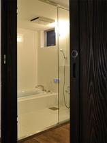 ガラスで仕切ったモダンな浴室