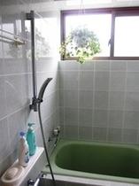 ゆったり湯船のバスルーム