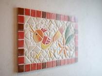 mosaic309号壁面を彩る陶器の小片