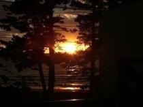 目の前の海からの日の出。お風呂に入りながら楽しむのがベスト!