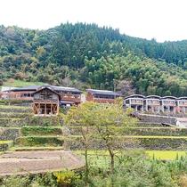 *【外観】里山の豊かな自然に囲まれています。