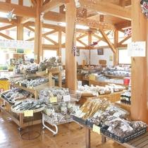 【物産館かわせみ】地元農家の旬の野菜などを販売