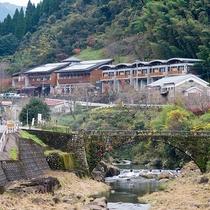 *【外観】静かな川沿いの温泉宿。