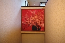 階段壁にある桜の絵