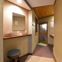 *一坪の湯(貸切風呂)/少々手狭ではございますが、掃除が行き届いた脱衣スペース。