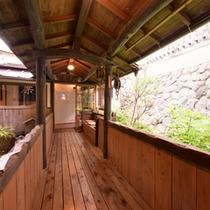 *貸切風呂へと続く外廊下/草津にそよぐ風を感じながらお風呂場へ。湯上りは頬を撫でる風が心地よい。