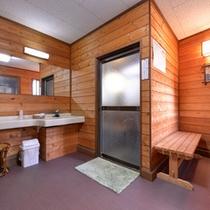 *極(貸切風呂)/少々手狭ではございますが、掃除が行き届いた脱衣スペース。