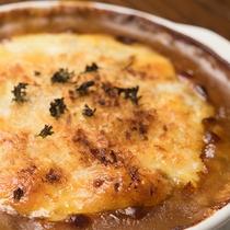 *2階レストラン/洋食メインの食事&各種お酒をご用意。まろやかチーズ&カレーのコラボは最強