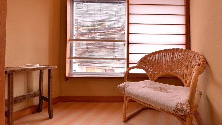 *客室一例/窓辺の椅子に腰かけて、草津にそよぐ心地よい風を感じて