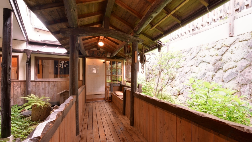 *貸切風呂へと続く外廊下/草津にそよぐ風を感じながらお風呂場へ。湯上りは頬を撫でる風が心地よい