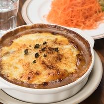 *2階レストラン/スパイス効いたカレーなど洋食が絶品。名物人参サラダとともに