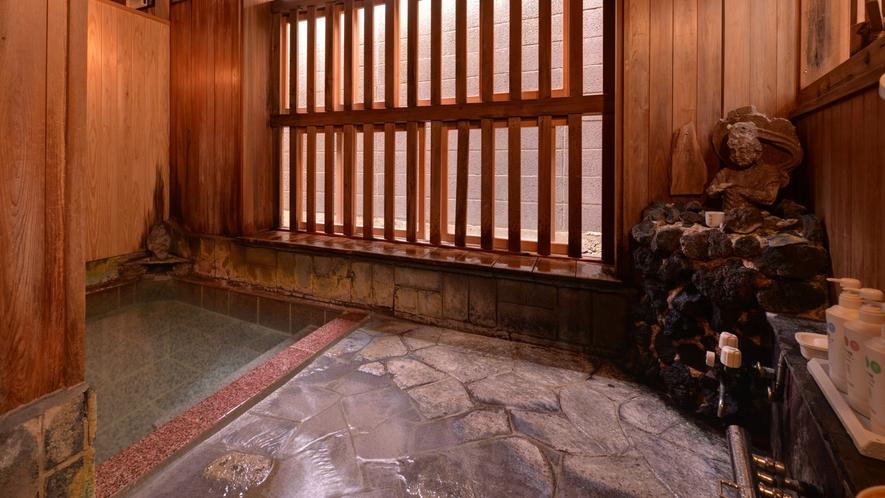 *極(貸切風呂)/温かい湯船に浸かりながら、格子窓から入る心地よい風に癒されて