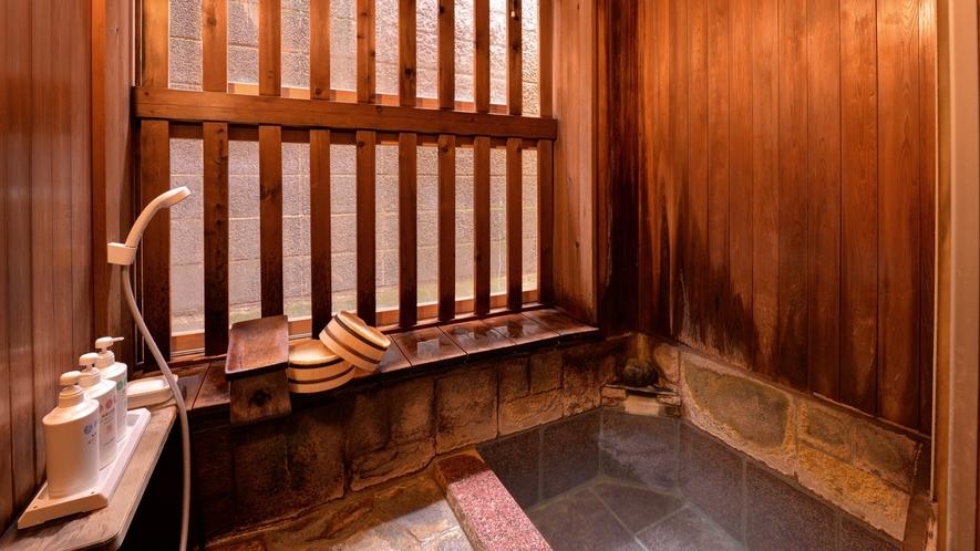 *一坪の湯(貸切風呂)/少々手狭ではございますが、掃除が行き届いた脱衣スペース