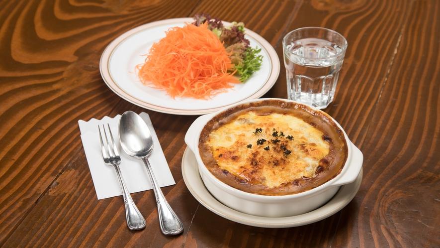 *2階レストラン/スパイス効いたカレーが絶品。名物人参サラダとともに