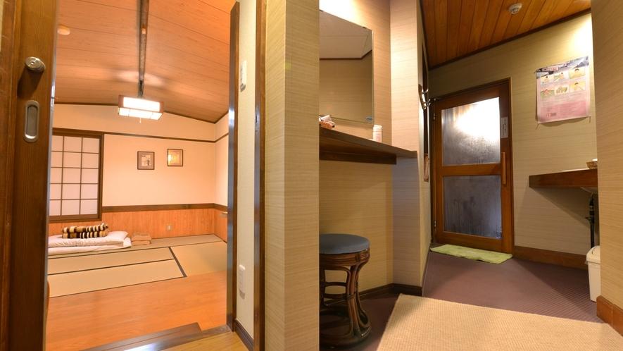 *一坪の湯(貸切風呂)/湯上りの休憩に。簡素ではございますが、寝転べるスペースもご用意