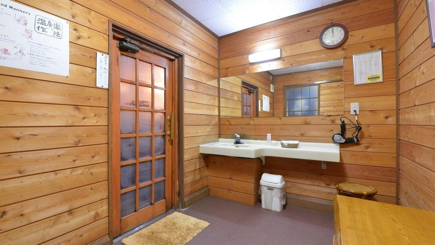 *楽(貸切風呂)/少々手狭ではございますが、掃除が行き届いた脱衣スペース