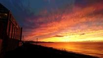 ◆【外観】燃えるような美しい夕日とホテル。