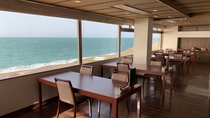 ◆【館内】波打ち際と水平線を眺めるレストラン「海月」贅沢なひとときを・・