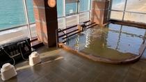 ◆【温泉】波打ち際と水平線を望める温泉大浴場。サンセット時は特にオススメです。