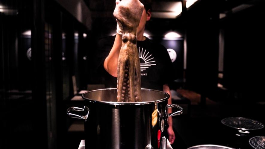 日間賀島名物の茹でダコを目の前で調理♪