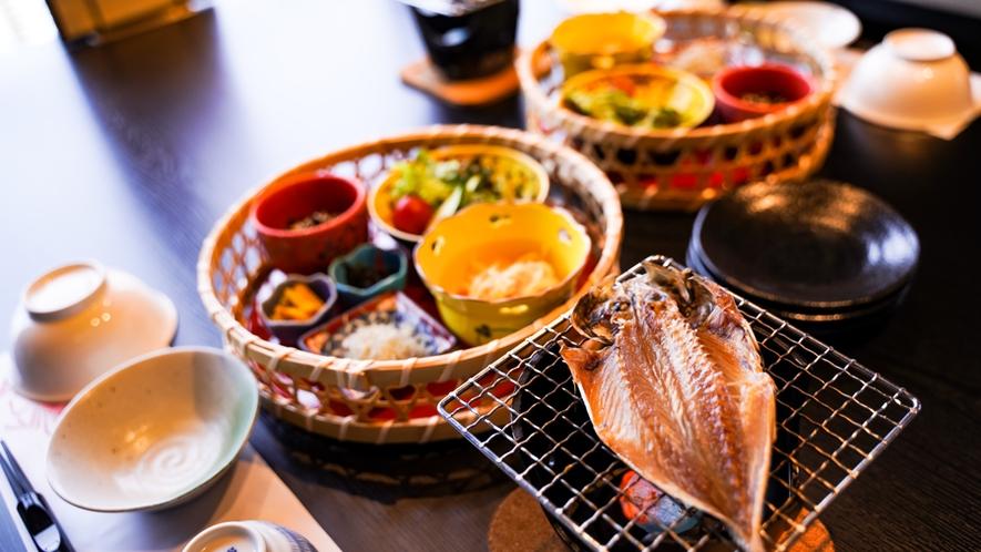 朝食は日間賀島の郷土料理。アジの開き焼き、海苔、シラスなど