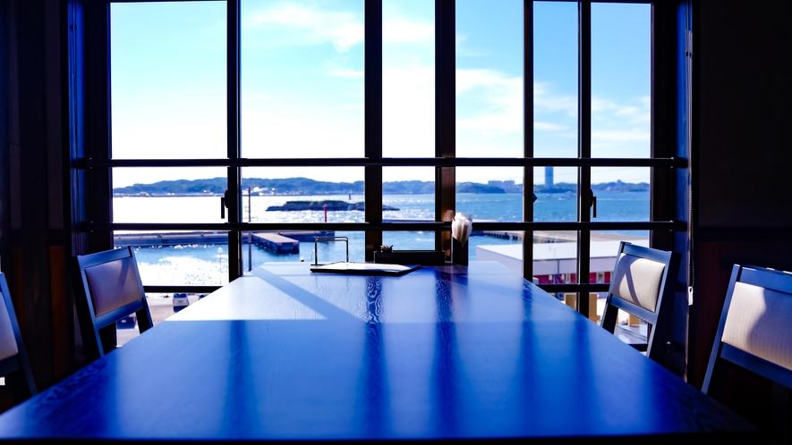 窓からの眺めは港を一望