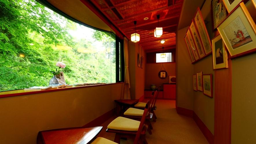 ギャラリースペース抹茶遊間。夢二の作品に囲まれ素敵な時間をお過ごしください。
