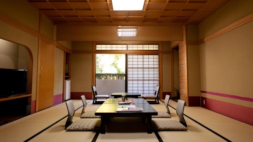 【客室】竹林を望むゆったり和室一例。季節の草花でお客様をおもてなしします。