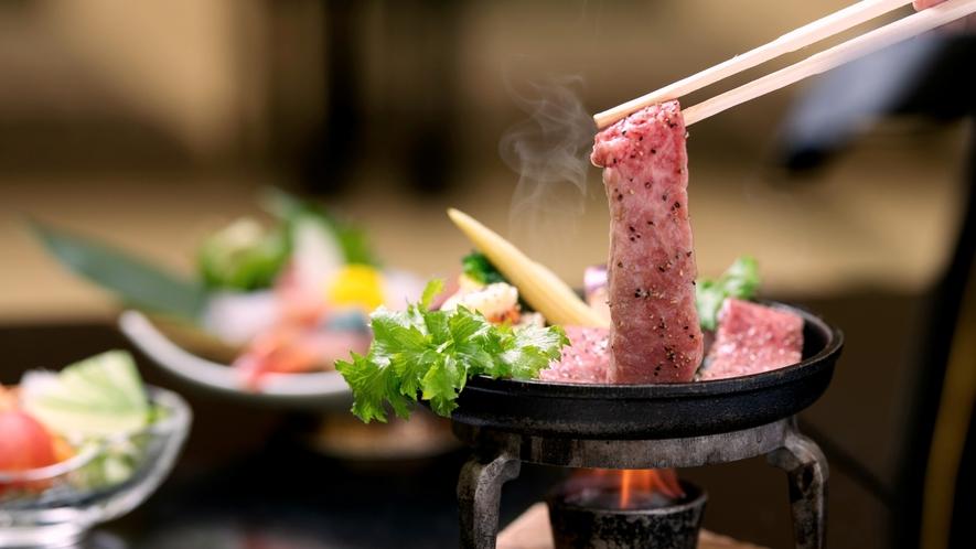 【ステーキ】厳選したA5ランク能登牛ステーキ。能登産の塩が肉本来の旨味を引き出します。