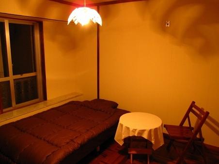 個室で広々!大きなベッドを独り占め! セミダブル!!