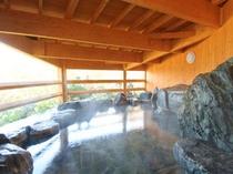 【露天風呂】岩風呂に屋根がかかった造り。泉温は低めに設定されて長湯を楽しめる。