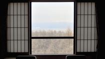 【客室】海側のお部屋は窓から遠く岩内港が見えます。