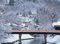 冬の中橋は、朱色と真っ白な雪のコントラストが素敵ですよ。温かくしてお越しください