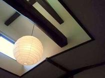 天窓のある部屋は 180年の歴史を物語る梁