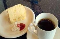 顔を見てから豆を挽いて丁寧に入れています。 ブレンドコーヒーと手作りシフォンケーキ 食後にいかが?