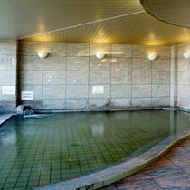 *【もりの湯】窓からは木々や街並みが一望!お湯はもちろん天然温泉です。美肌の湯として人気