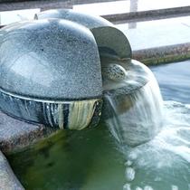 *お湯は天然温泉♪美肌の湯として人気で、湯あがりの肌はすべすべになりますよ♪