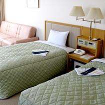 *【ツイン一例】28平米のゆったりとしたお部屋。有線LANで高速ネットも可能です。