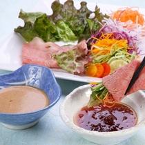 知多牛の冷しゃぶサラダ (コラーゲンジュレ・焦しにんにくだれ)