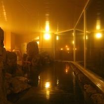 十勝芽登石を使用し、ダイナミックな作りの岩のお風呂です。