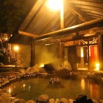 当館自慢の混浴露天風呂【仙郷の湯】。19時~22時は女性客限定です。