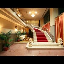【エントランス】まずお出迎えするのが大きな階段☆リゾートへの入口