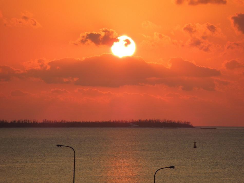 沖縄の海に沈む夕日は息をのむ美しさです