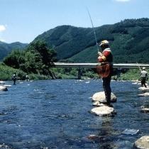 ヤマメや岩魚などの川魚をお目当てに、毎年釣り好きさんが集まります。