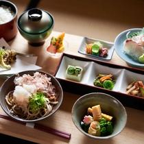 【夕食一例】地元で採れた旬の食材を多用した山里料理です
