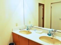 【和洋室ユニット(海側)】洗面器が2台設置されているので広々とご利用いただけます