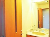 【和室10畳(海側)】独立した洗面所はゆったりご利用いただけます