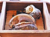 【夕食一例:きらめきプラン】海鮮料理(アワビとサザエとエビの蒸篭蒸し)